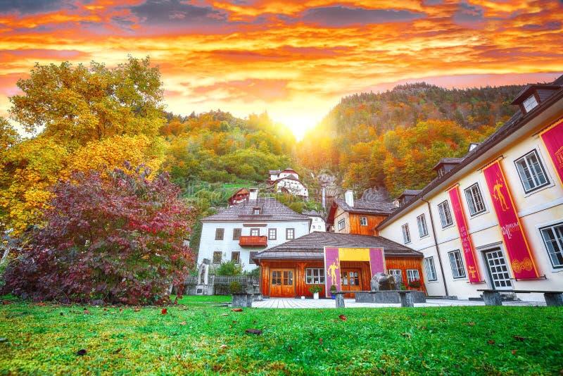 Mooie straat in Hallstatt-dorp in Oostenrijkse Alpen De herfst l royalty-vrije stock foto
