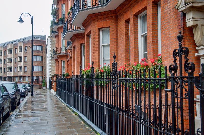 Mooie straat in Kensington, Londen stock afbeeldingen