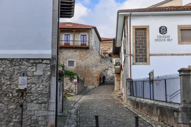 Mooie straat van een kleine Europese stad van San Vicente DE La B stock afbeeldingen