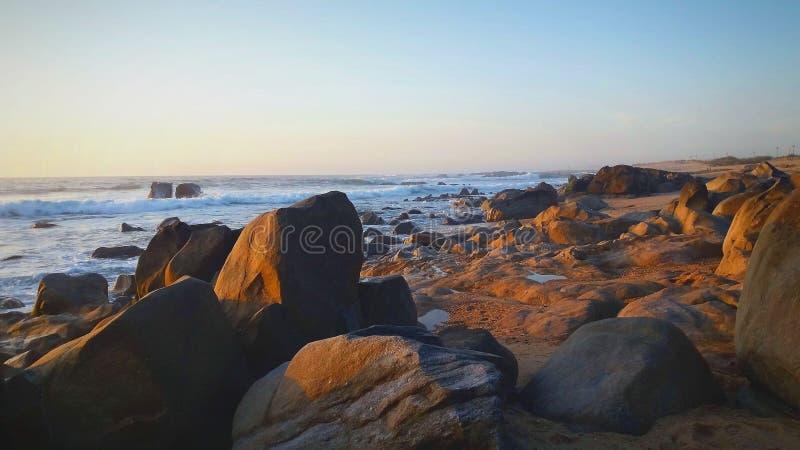 Mooie stranddag met het water, de klippen en het zand royalty-vrije stock fotografie
