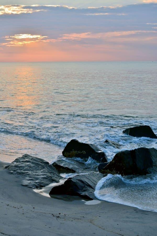 Mooie Strandzonsopgang over Rotspier stock foto