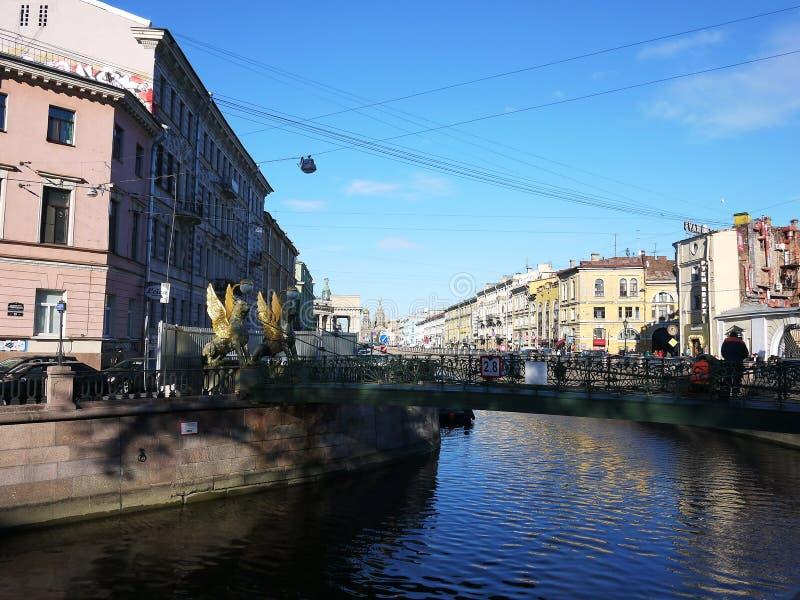 Mooie straten van St. Petersburg Promenade, mooie huizen en oude straten stock afbeelding