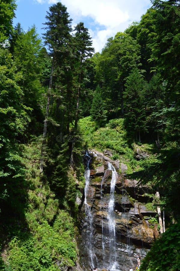 Mooie stromende fontein over de berg in de keerkringen royalty-vrije stock fotografie