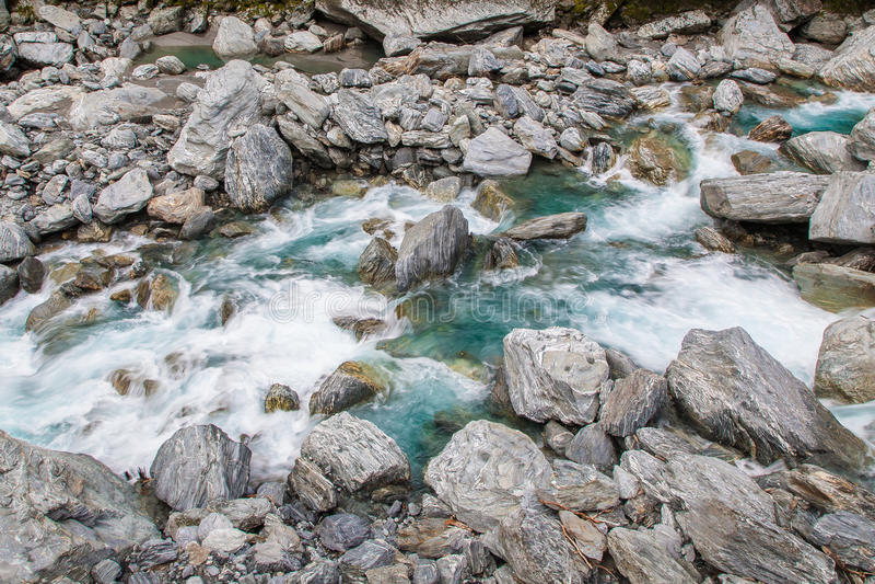 Mooie stroom en rotsen op de manier aan Wanaka stock afbeeldingen