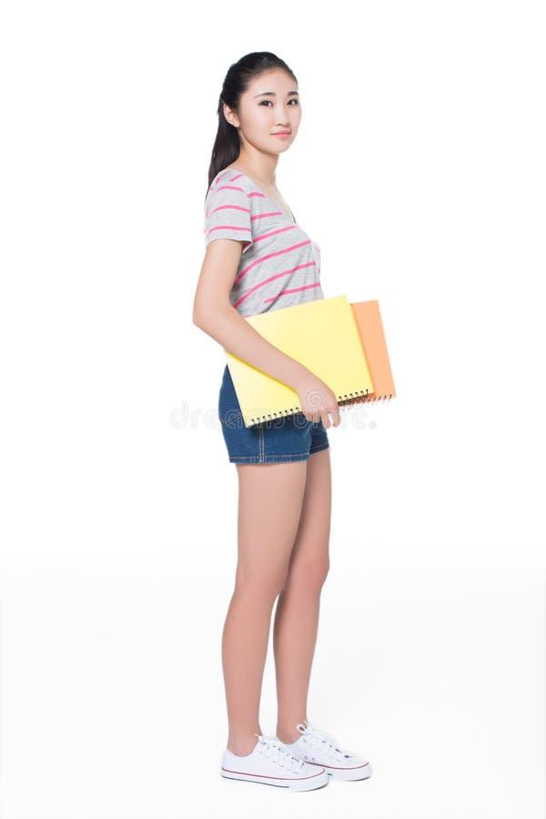 Mooie student in de bibliotheek stock foto's