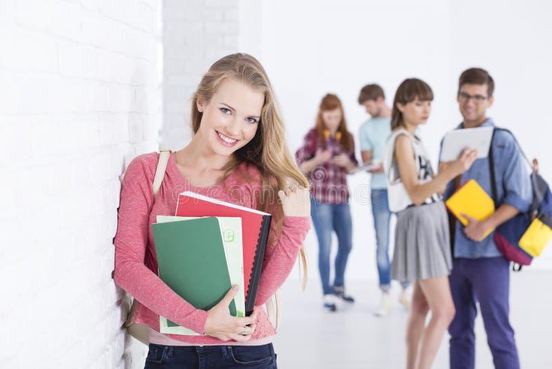Mooie student in universiteit royalty-vrije stock afbeelding