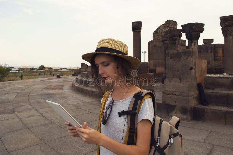 Mooie studente die tablet voor afstandsonderwijs gebruiken tijdens het reizen Mobiliteit, technologie en reisconcept royalty-vrije stock afbeelding