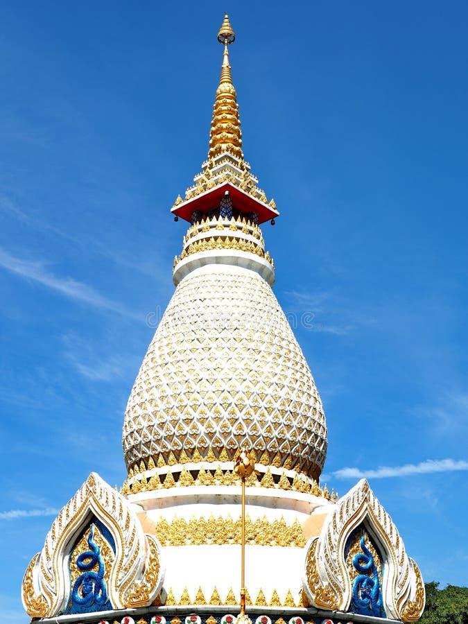 Mooie stupa die in blauwe hemel stijgen royalty-vrije stock fotografie