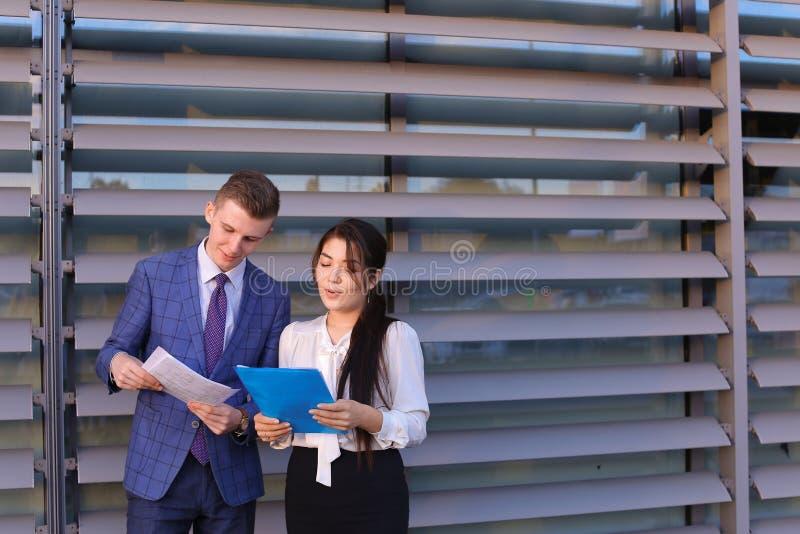 Mooie succesvolle jonge man en vrouw, zakenlieden, studenten royalty-vrije stock afbeeldingen