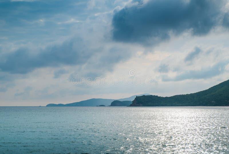 Mooie sunsets binnen de wolken achter de bergen in het midden van het overzees zoals hemel stock foto's