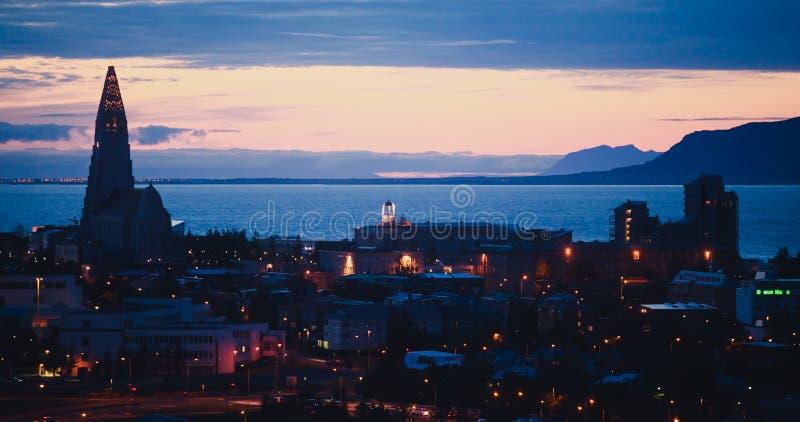 Mooie super brede hoek luchtmening van Reykjavik, IJsland met haven en horizonbergen en landschap voorbij de stad, gezien F royalty-vrije stock fotografie