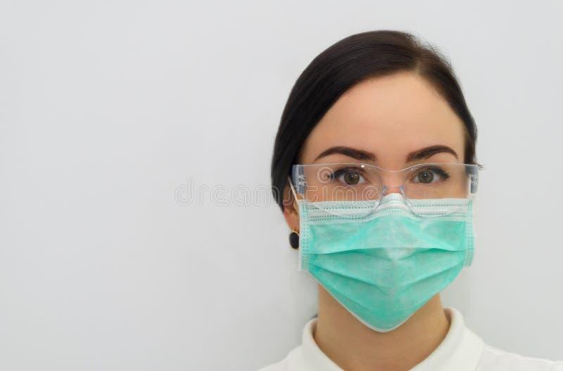 Mooie tandmedewerker die de camera bekijken stock foto