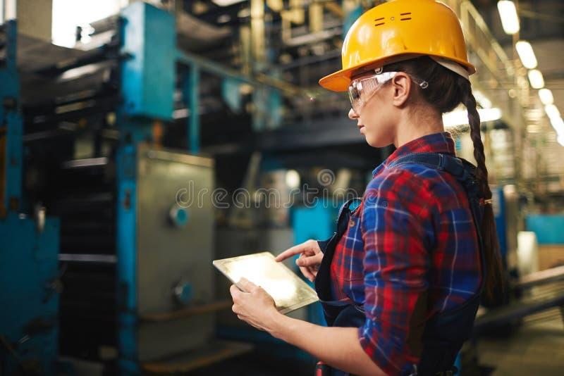 Mooie Technicus Inspecting Industrial Machine stock afbeelding