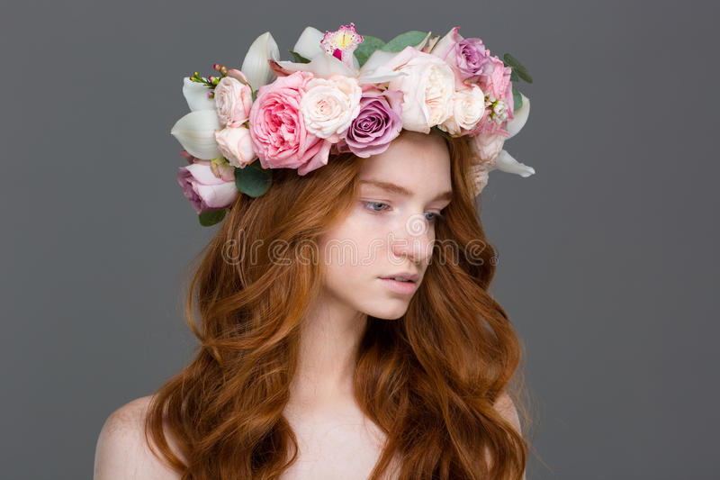 Mooie tedere vrouw met lang haar in kroon van rozen royalty-vrije stock foto's