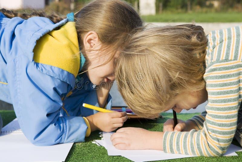 Mooie tekening weinig jongen en meisje stock foto