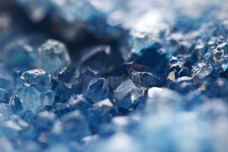Mooie textuur van Blauwe kristallen mineraal zijn vage natuurlijke achtergrond De winter mooie achtergrond stock afbeelding