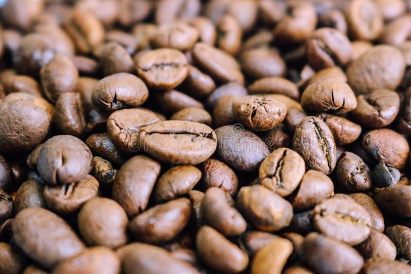 Mooie textuur van de vers geroosterde geselecteerde heerlijke rijke bruine natuurlijke geurige korrels van de koffieboom, Arabica royalty-vrije stock afbeeldingen