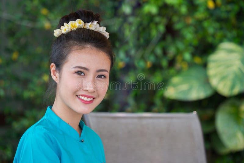Mooie Thaise meisjesglimlach stock foto's