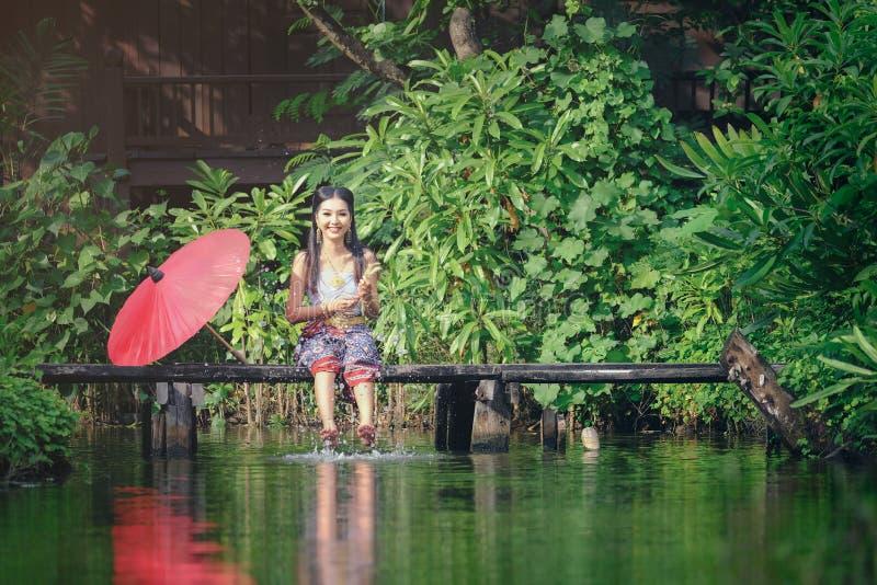 Mooie Thaise meisjesglimlach in traditioneel kledingskostuum van Thaila royalty-vrije stock afbeelding