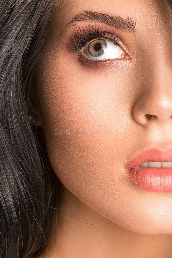 Mooie thinkful dichte omhooggaand van het donkerbruine vrouwengezicht stock foto's