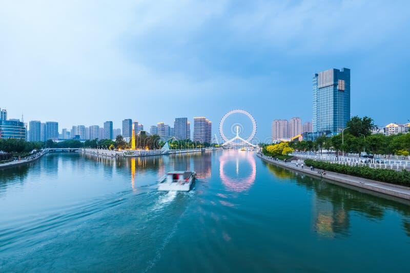 Mooie tianjin haihe rivier in bewolkt bij schemer royalty-vrije stock fotografie