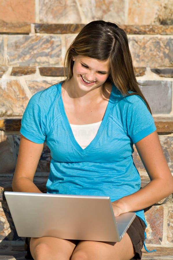 Mooie tiener die aan laptop computer werkt royalty-vrije stock foto's