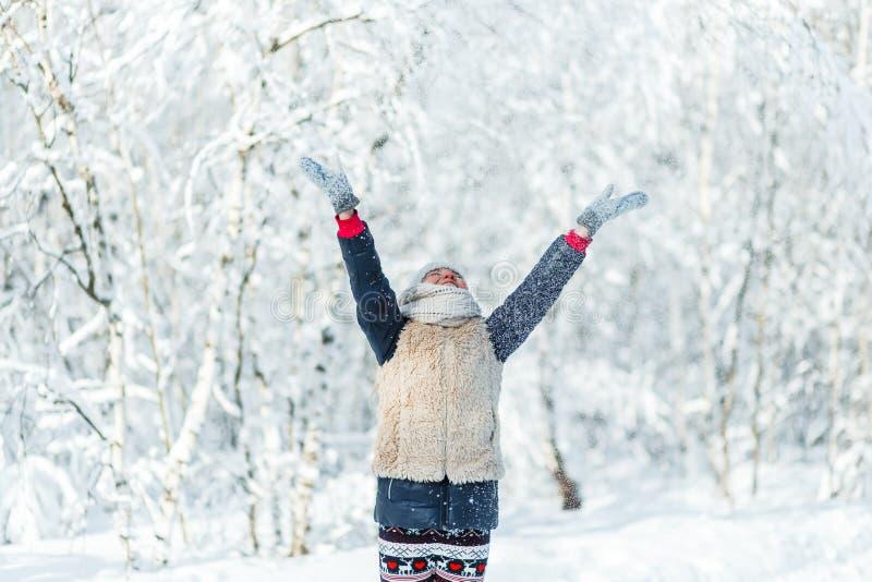 Mooie tiener die pret buiten in een hout met sneeuw in de winter hebben gelukkig en actief het levensconcept stock fotografie