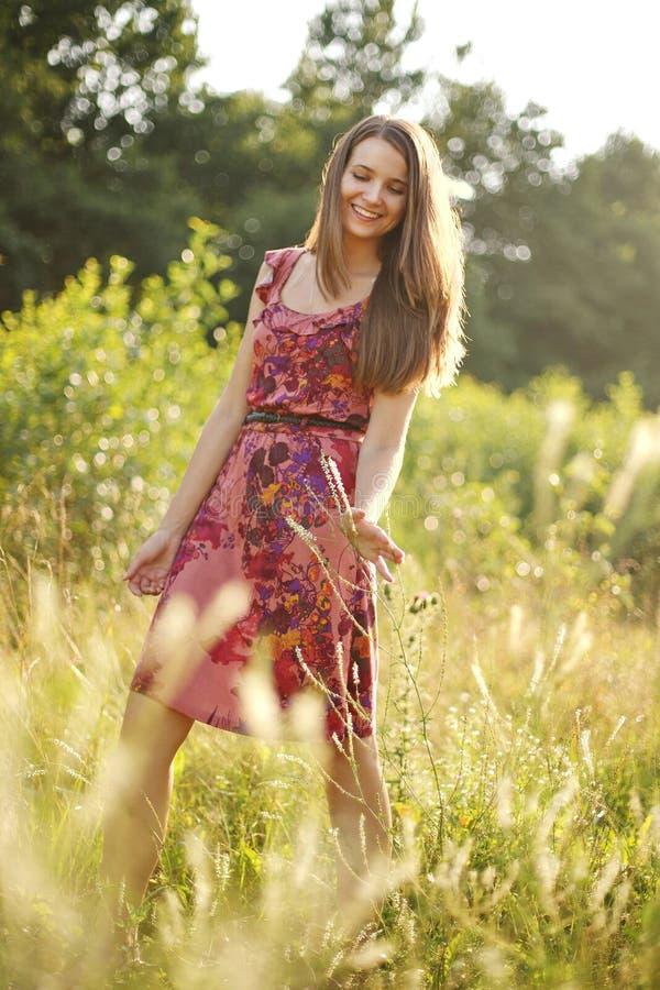 Mooie tiener in het de zomerpark stock fotografie