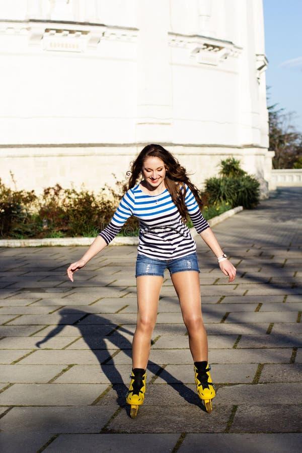 Download Mooie Tiener Met Gele Rolschaatsen Stock Foto - Afbeelding bestaande uit achtergrond, persoon: 39112688