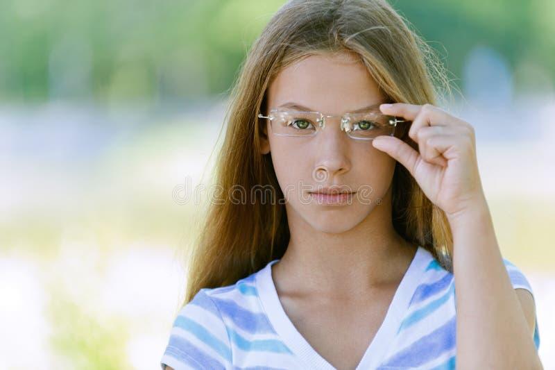 Mooie tiener met glazen stock afbeeldingen