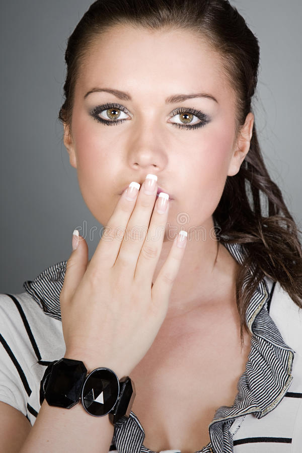 Mooie Tiener met haar Hand die haar Mond behandelt royalty-vrije stock afbeelding