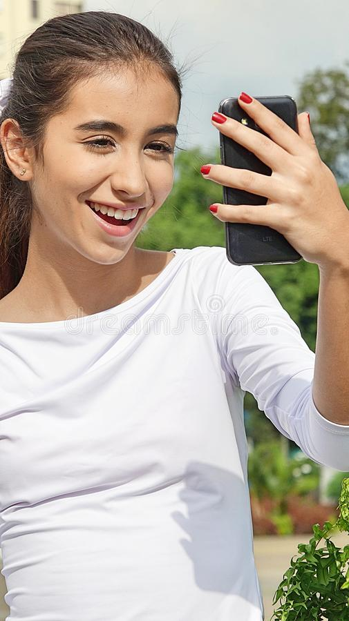 Download Mooie Tiener Vrouwelijke Gebruikende Celtelefoon En Gelukkig Stock Foto - Afbeelding bestaande uit tieners, aantrekkelijk: 107700804