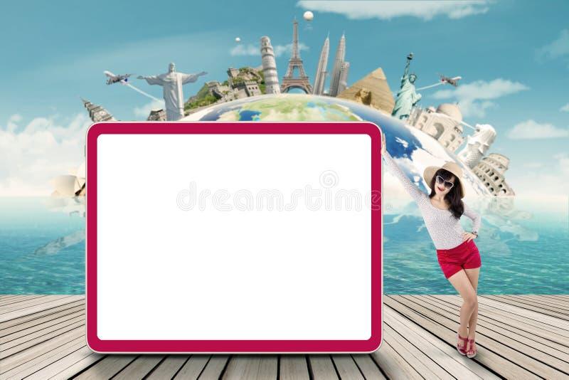 Mooie toerist en leeg aanplakbord stock foto