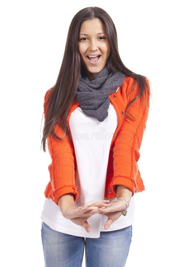 Mooie toevallige jonge vrouw status geïsoleerdt tegen witte bac royalty-vrije stock afbeelding