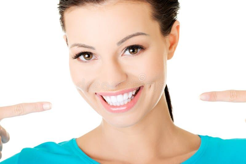 Mooie toevallige vrouw die haar perfecte witte tanden tonen. royalty-vrije stock fotografie