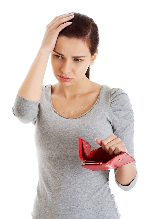 Mooie toevallige vrouw met lege portefeuille, het ongerust maken zich. stock fotografie