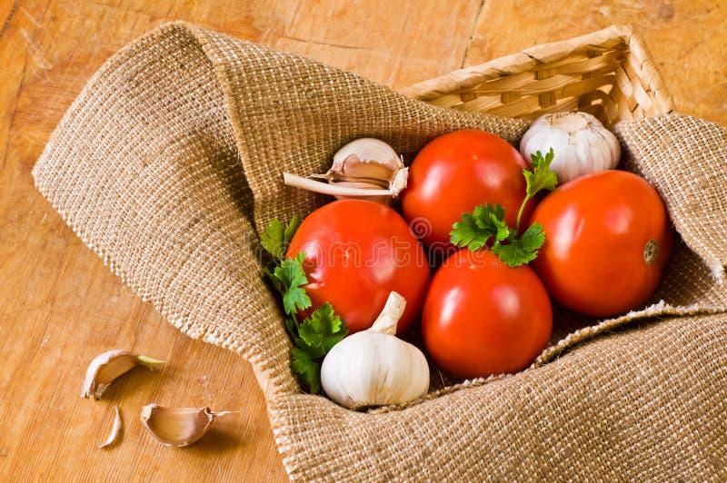 Mooie tomaten in mand stock fotografie
