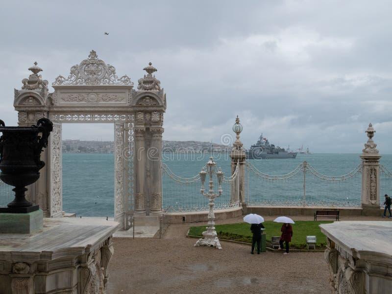 Mooie toneelmening van Dolmabahce-Paleis bij Bosphorus en Gouden de Hoorngolf royalty-vrije stock foto's