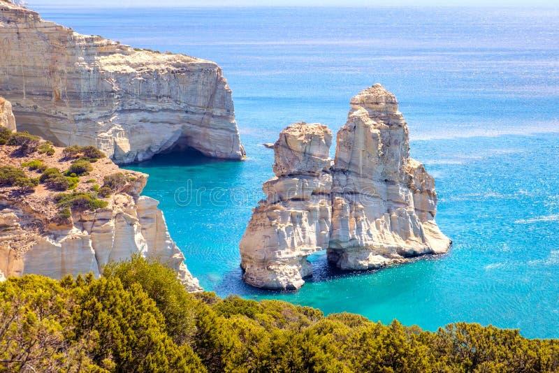 Mooie toneelzeegezichtmening van de rotsachtige kustlijn van Kleftiko op Milos-eiland stock afbeelding