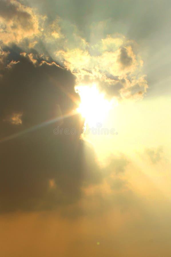 Mooie toneelzonsondergang met zon die uit van achter de wolk piepen royalty-vrije stock foto's