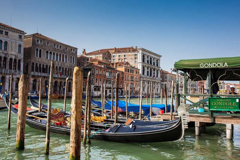 Mooie traditionele gondels in Grand Canal in Venetië stock fotografie