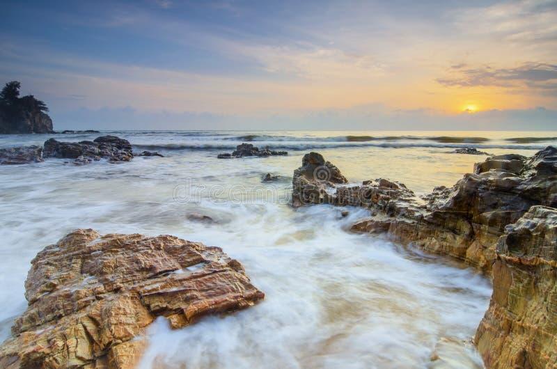Mooie tropische overzeese van de strandzonsopgang mening zachte golf die zandig strand raken royalty-vrije stock afbeeldingen