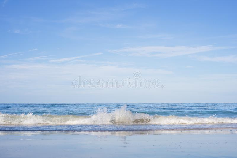 Mooie tropische strand en overzees in Nang Ram Beach, Sattahip-District, Chonburi-Provincie, Thailand stock fotografie