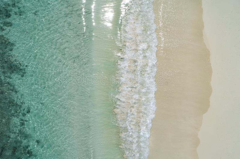 Mooie tropische witte lege strand en overzeese die golven hierboven worden gezien van Het strand luchtmening van Seychellen royalty-vrije stock fotografie