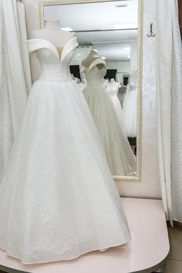 Mooie trouwjurk op een mannequin in salon stock afbeelding