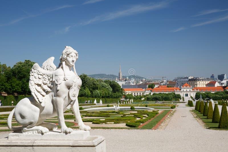 Mooie tuin en een standbeeld van de Sfinx in de Belvedere Vriend royalty-vrije stock foto's