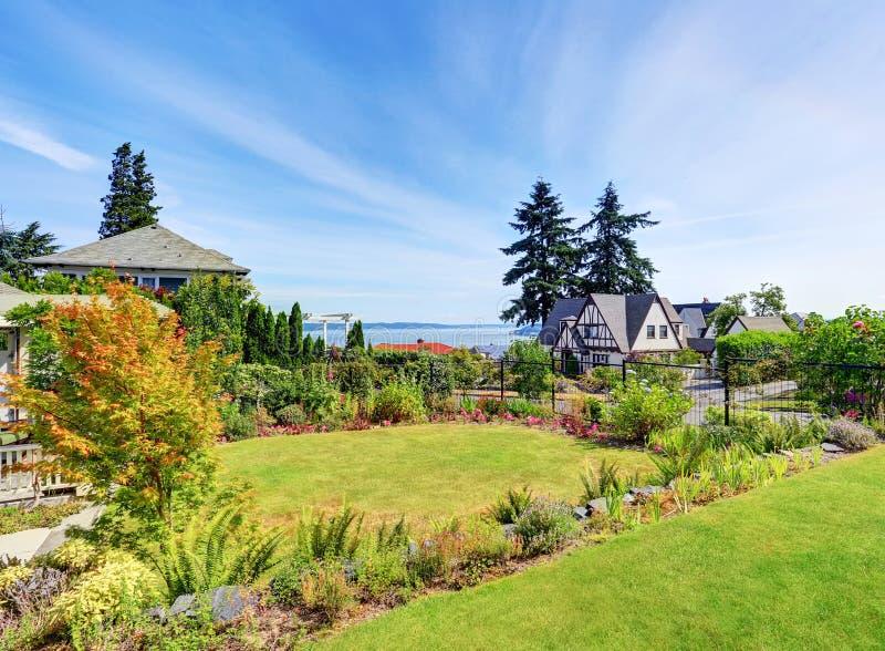 Mooie tuin met goed gehouden gazon en in orde gemaakte hagen Perfecte watermening royalty-vrije stock foto
