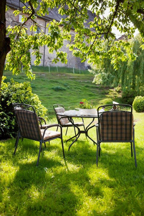 Mooie tuin met witte lijst en stoel stock foto for Stoel tuin