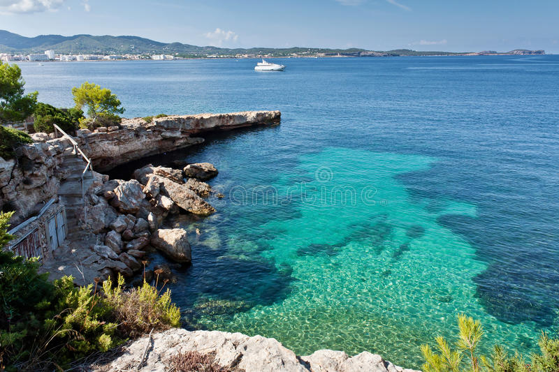 Mooie turkooise baai in Ibiza stock afbeelding