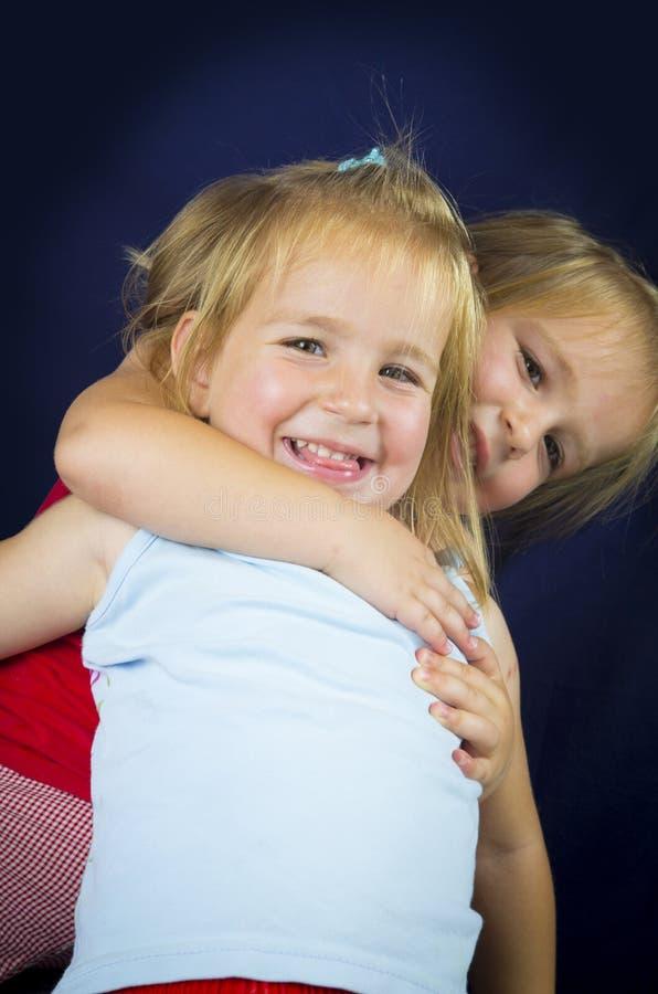 Mooie tweelingmeisjes stock foto's